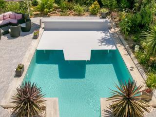 Volet et couverture automatique moderne piscine près de Cannes (06)